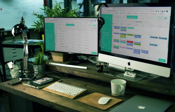 Twee schermen op een bureau met de Contentkalender open