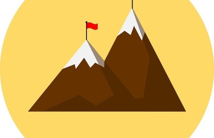 Twee bergen met een vlag op de top