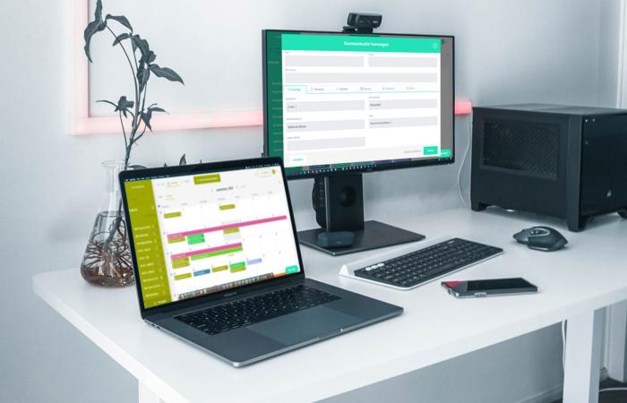Foto van twee beeldschermen met op de een een contentkalender en op de ander het nieuwe 'communicatie toevoegen' scherm.