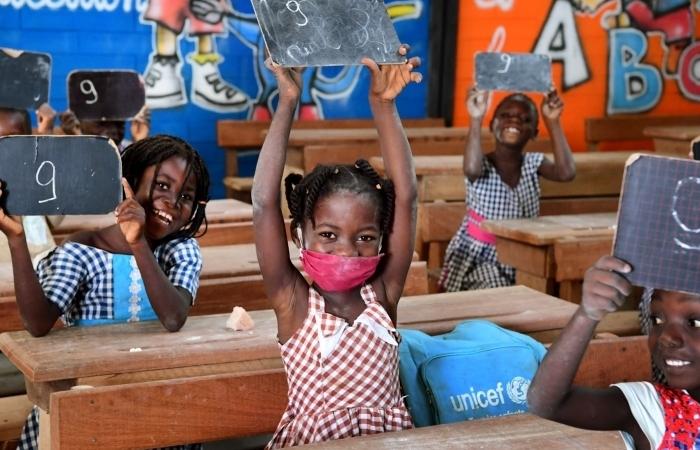 Kinderen in klas houden scorebord omhoog met daarop een 9.