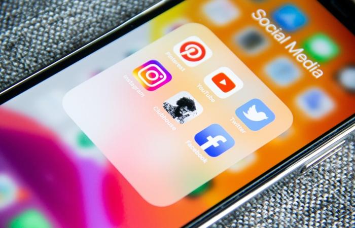Telefoonscherm met daarop alle sociale media apps, waaronder YouTube.
